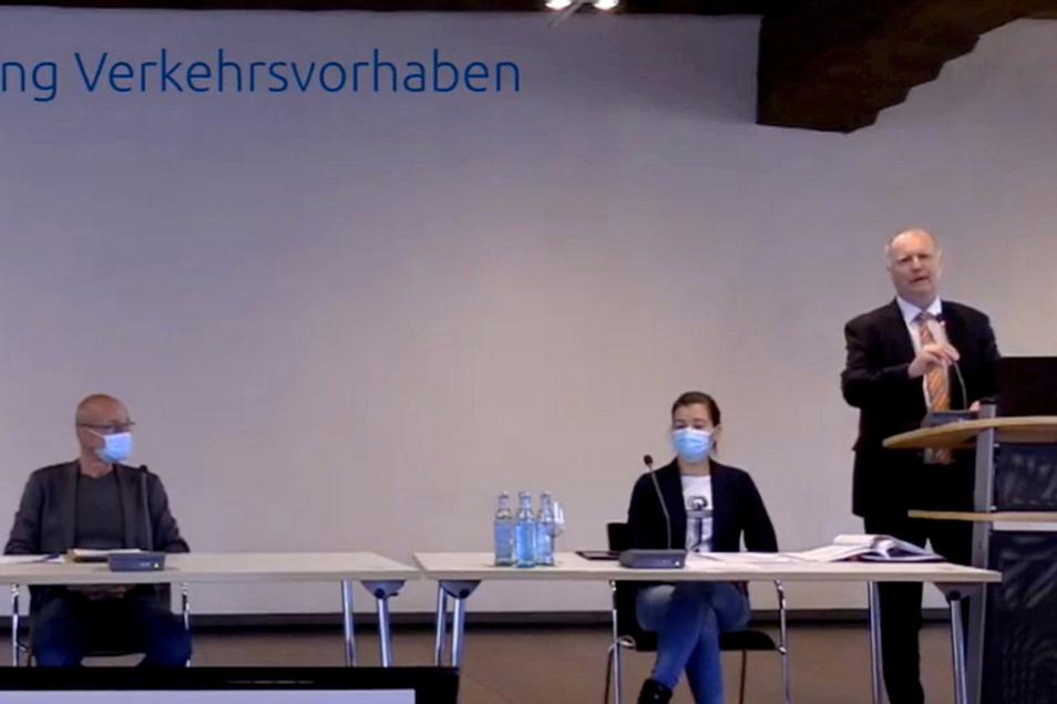 Der Chef der Meißner Lasuv-Niederlassung Holger Wohsmann (r.) erläuterte Verkehrsprojekte. Auf dem Podium waren auch Ordnungsamtsleiterin Belinda Zickler und der Chef des städtischen Bauamtes Dirk Herr.