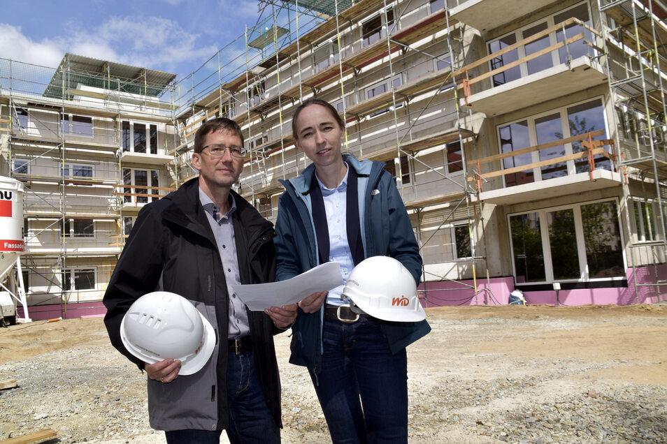 Steffen Jäckel und Kristin Kaufmann vor dem Neubau in Leuben.