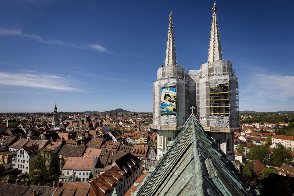 Blick auf die Peterskirche mit den beiden eingerüsteten Türmen.