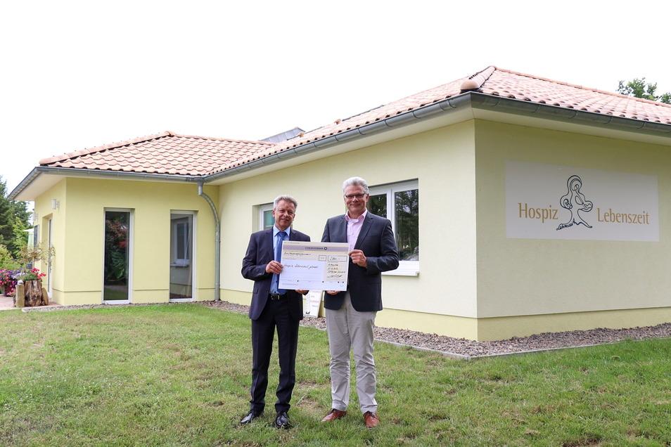 Namens seiner Mitarbeiter übergibt Cotesa-Geschäftsführer Christian Bartsch (rechts) einen Scheck über eine 2.500-Euro-Spende an den Leiter des Leisniger Hospiz Eiko Weber.