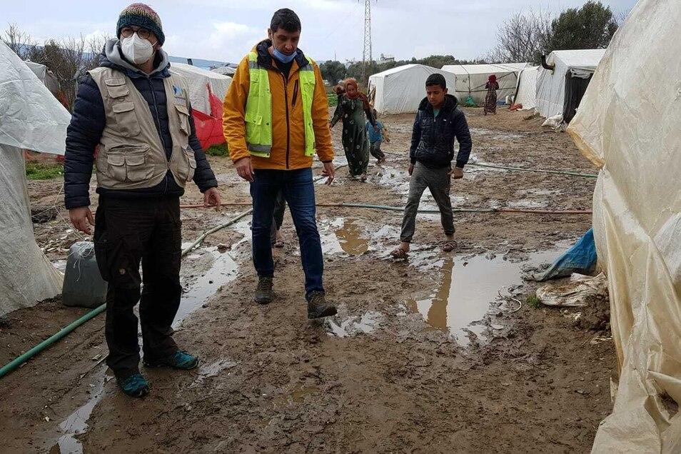 Sobald es regnet, verschlammt der Boden der Camps. Viele der syrischen Kinder haben keine festen Schuhe.