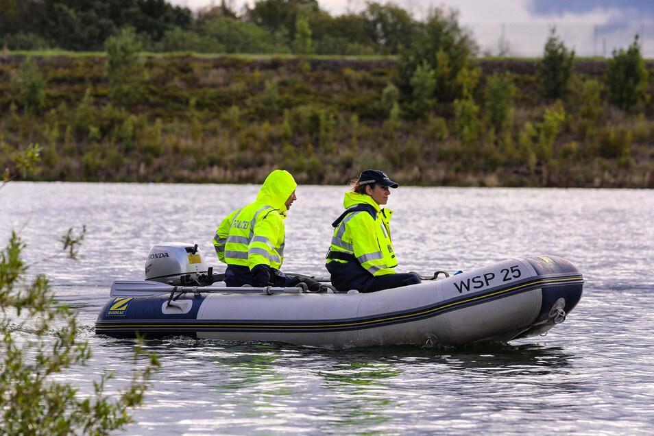 Mit Schlauchbooten sind Einsatzkräfte auf dem See unterwegs.