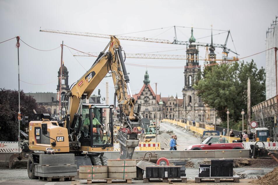 Damit die Straßenbahn wieder über die Dresdner Augustusbrücke fahren kann, müssen Autofahrer am Neustädter Markt derzeit Behinderungen in Kauf nehmen.