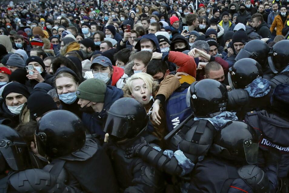 In St. Petersburg stoßen Polizisten mit Demonstranten zusammen, die gegen die Inhaftierung des Oppositionsführers Nawalny protestieren.