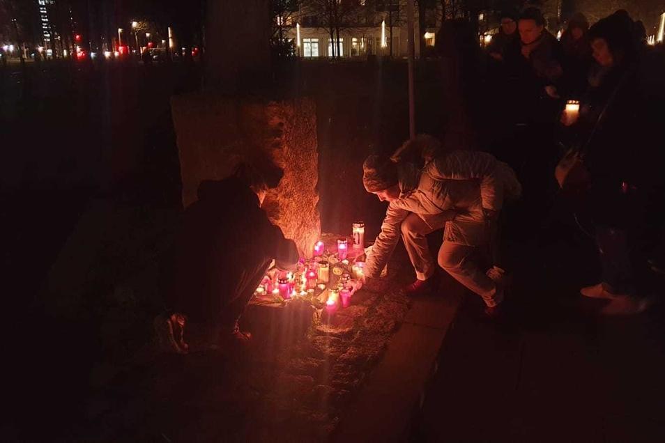 Am Gomondai-Gedenkstein wurden Blumen und Kerzen abgelegt.