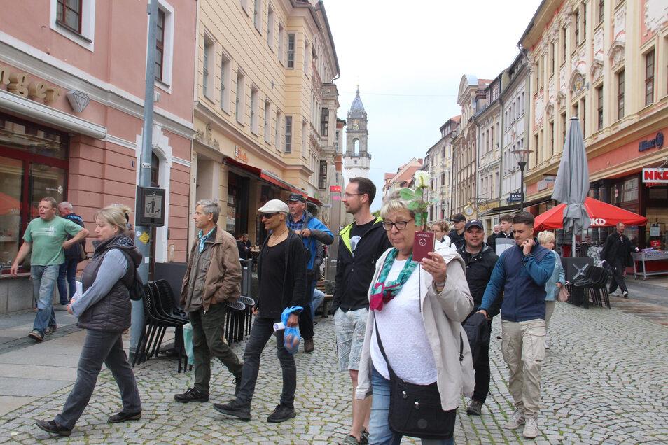 Etwa 100 Menschen zogen am Sonnabend in Bautzen über die Reichenstraße, um gegen die Corona-Schutzmaßnahmen zu protestieren.