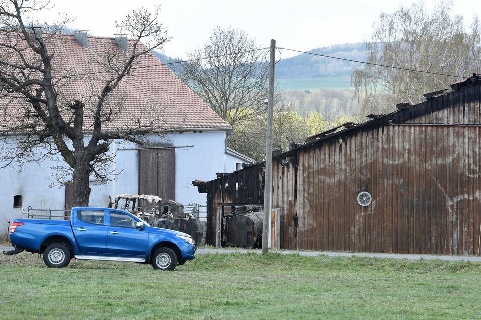 Die Brandspuren am Stall in Neundorf sind auch am Tag danach nicht zu übersehen.