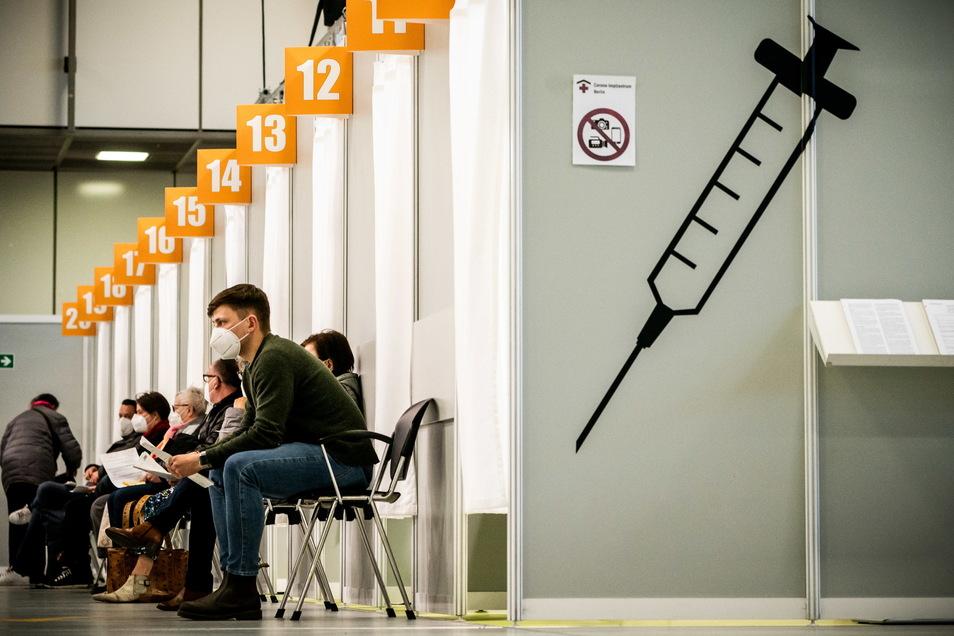 Menschen warten im Corona-Impfzentrum auf dem Berliner Messegelände auf ihre Impfung.