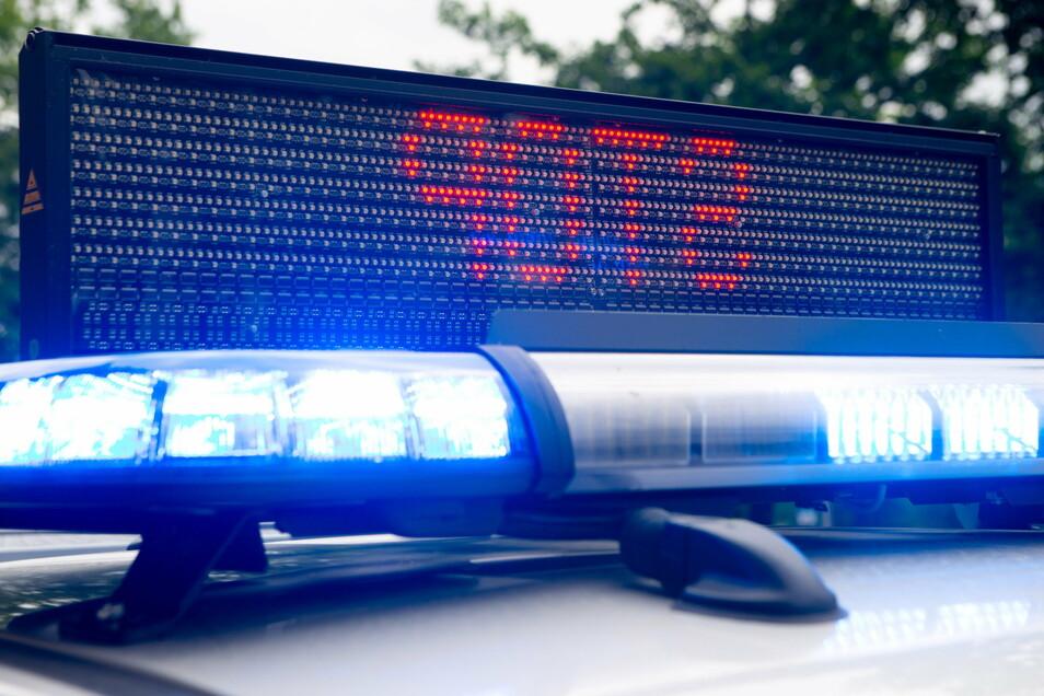 Mehrere Beamte haben am Dienstagabend auf der A14 nahe der Anschlussstelle Nossen-Nord einen VW T-Cross kontrolliert. Das Fahrzeug war ein Leihwagen, nach dem Kennzeichen gefahndet wurde.