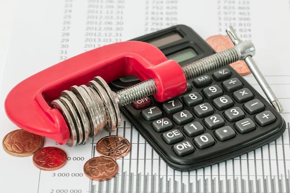 Haushaltsplanungen sind für Kommunen keine einfache Sache: Bleiben Einnahmen aus, wie derzeit in Riesa, müssen Ausgabesperren verhängt und Sparmöglichkeiten gefunden werden.