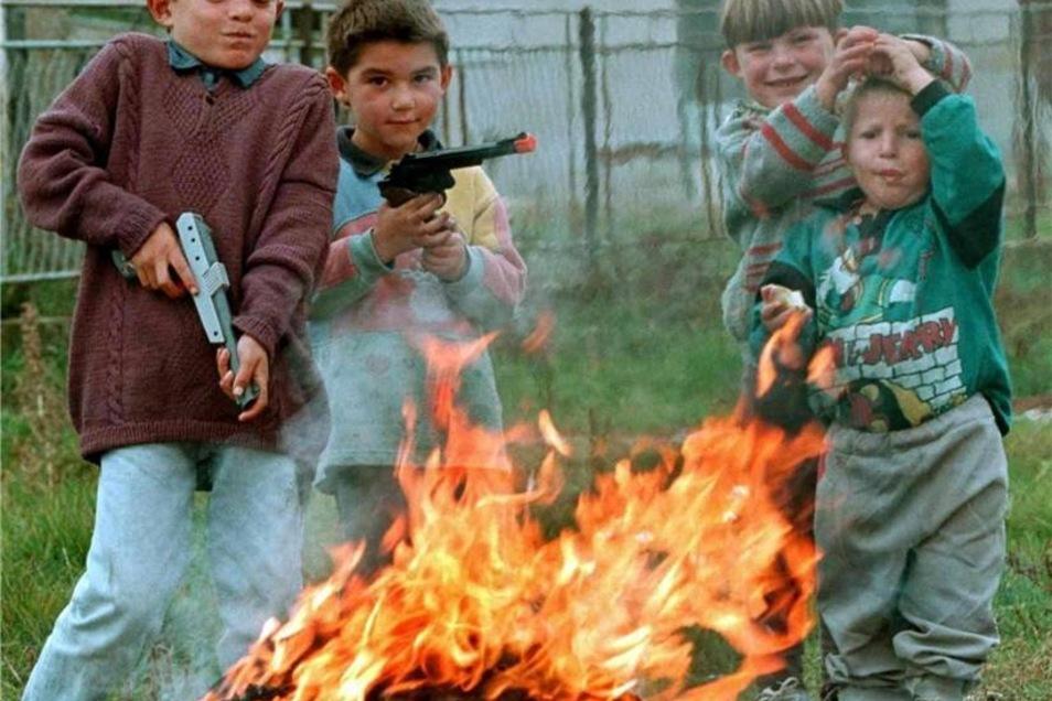 Albanischstämmige Kinder aus dem Kosovo spielen Ende Oktober 1998 mit Spielzeuggewehren nach der Rückkehr in das Dorf Komorane. Zuvor hatten sich die Einwohner des Dorfes im nahe gelegenen Wald vor den jugoslawischen Soldaten versteckt.