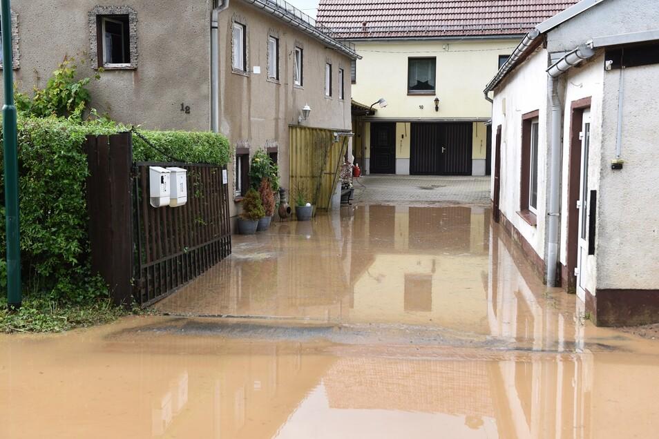 Einige Keller und Wohnräume sind in Mockritz ebenfalls vollgelaufen. Die Feuerwehr musste mit der Pumpe zur Hilfe kommen.
