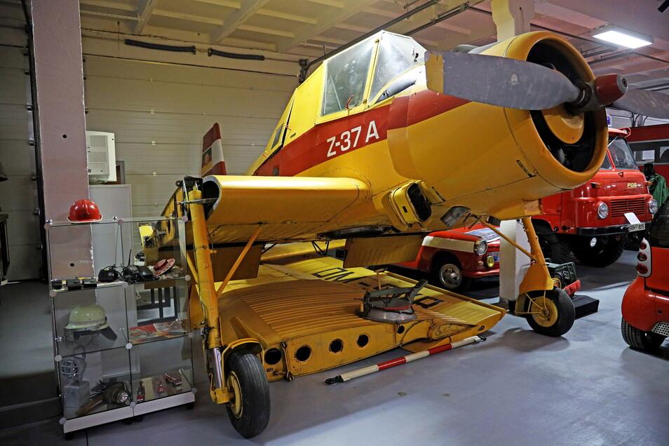 Noch steht das ehemalige Agrarflugzeug mitten zwischen Feuerwehrautos und Vitrinen. Doch bald soll es in den neuen Hangar umziehen.