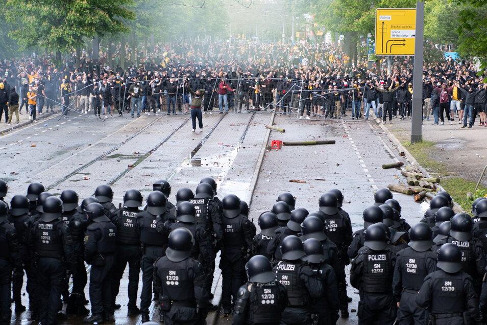 Am 16. Mai gab es Ausschreitungen, nun geht es an die Aufarbeitung und um mögliche Sanktionen für Dynamo Dresden.