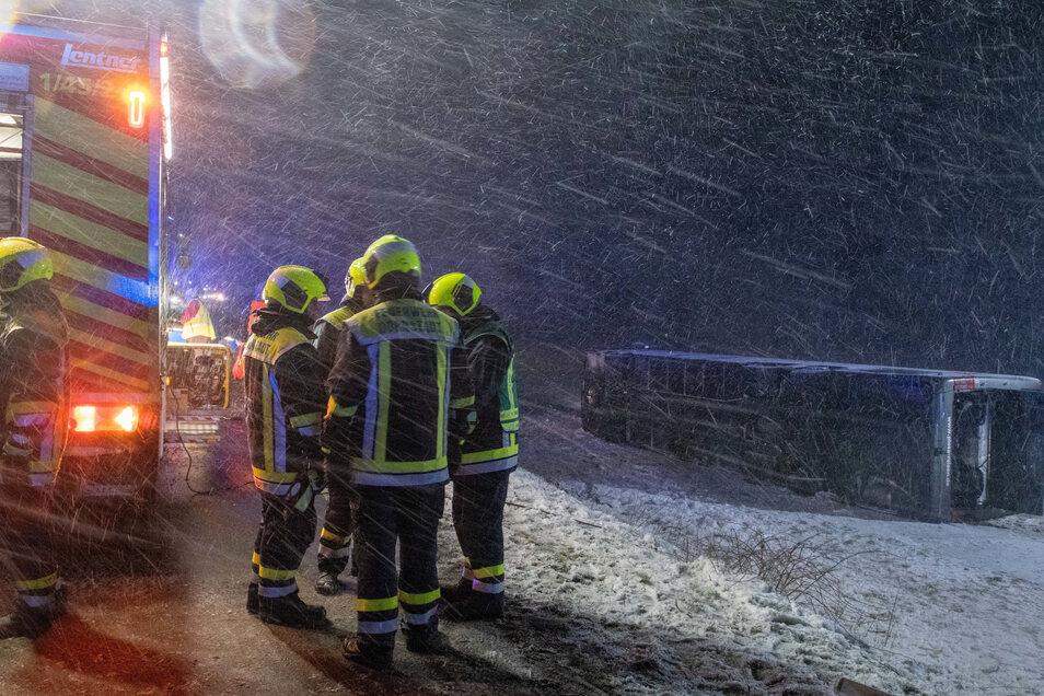 Bei schneeglatter Fahrbahn und starkem Wind kam der Bus auf der B10 von Straße ab.