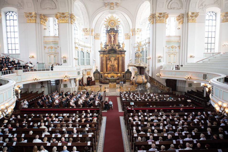 In der Hamburger Kirche Sankt Michaelis (Michel) findet die Trauerfeier für den im Alter von 64 Jahren in Hamburg gestorbenen Schauspieler Jan Fedder statt.