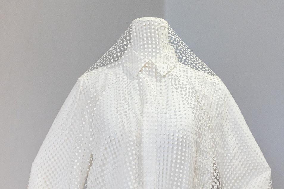 Brautkleid mit handgefertigtem Spitzenschleier. Die junge Designerin Magdalena Orland bewirbt sich damit um den Sächsischen Designpreis.