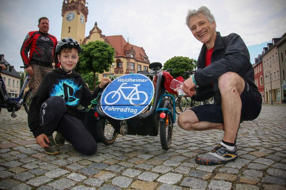 Der zehnjährige Felix aus Schildau geht beim Waldheimer Fahrradtag mit auf Tour. Den Organisator, Pfarrer Reinald Richber (rechts), freut die gute Resonanz.