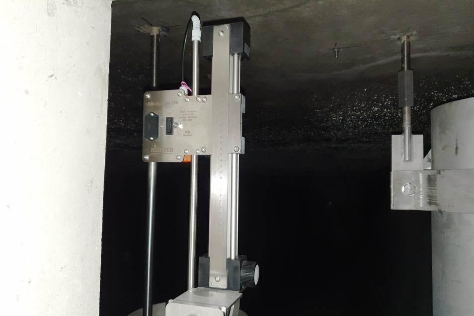 Mit diesem speziellen Stechpegel wurde in der neuen Wasserkammer gemessen, ob der Wasserstand konstant bleibt oder ob es Verluste gibt. Das Bauwerk war dicht.