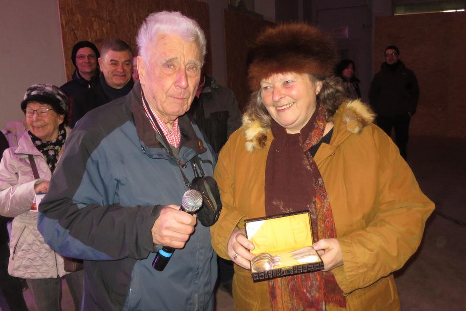 Marianne Paul vom Stadthallen-Förderverein übergab Lothar Voigt vor zwei Jahren ein Stadthallen-Besteck.