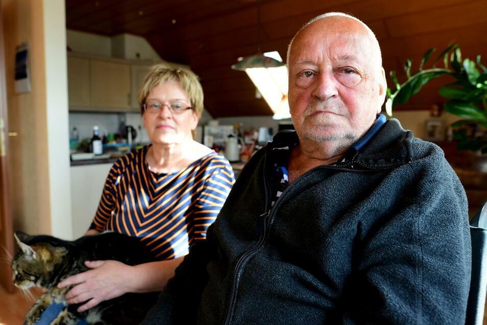 Der 88-jährige Christian Reichelt und seine Tochter Dagmar Kaulfuß. Er würde sich gern die Corona-Schutzimpfung holen, kommt aber aufgrund seiner Gehbehinderung nicht zum Impftermin.