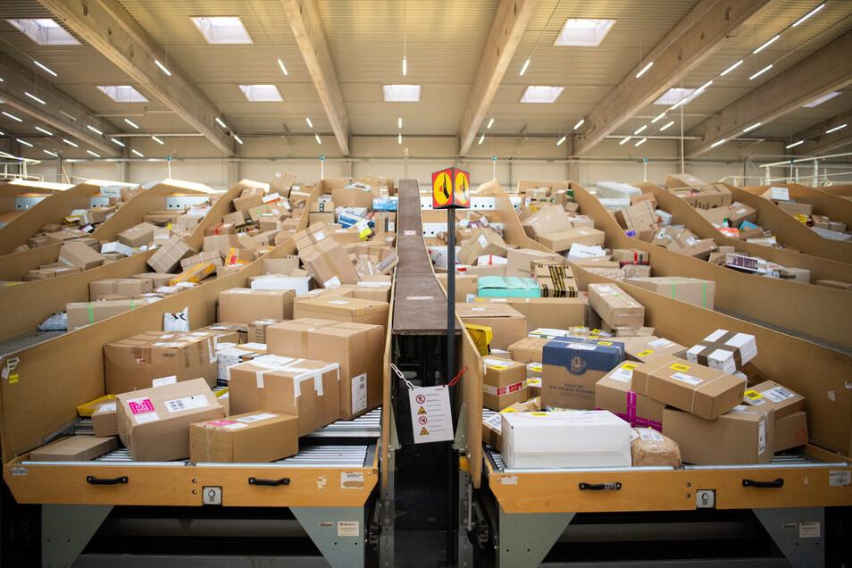 Pakete liegen in einem Paketzentrum von Deutsche Post und DHL.