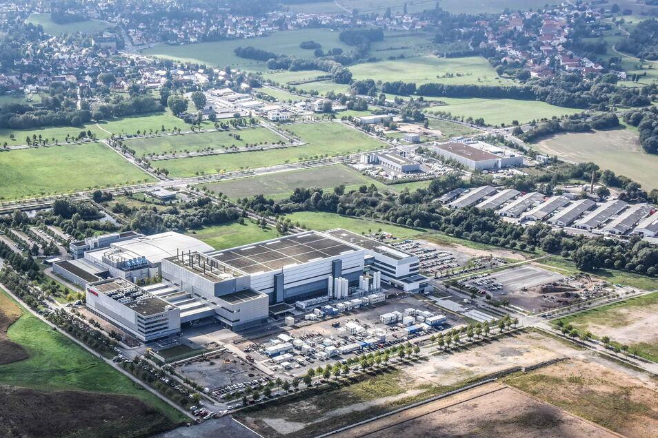 Viel Platz ist bei der neuen Bosch-Chipfabrik in Dresden, vor der Allee am unteren Bildrand: Dort könnte sich das nächste Halbleiterwerk ansiedeln. Die Immobilie gehört aber einem Tabakkonzern.