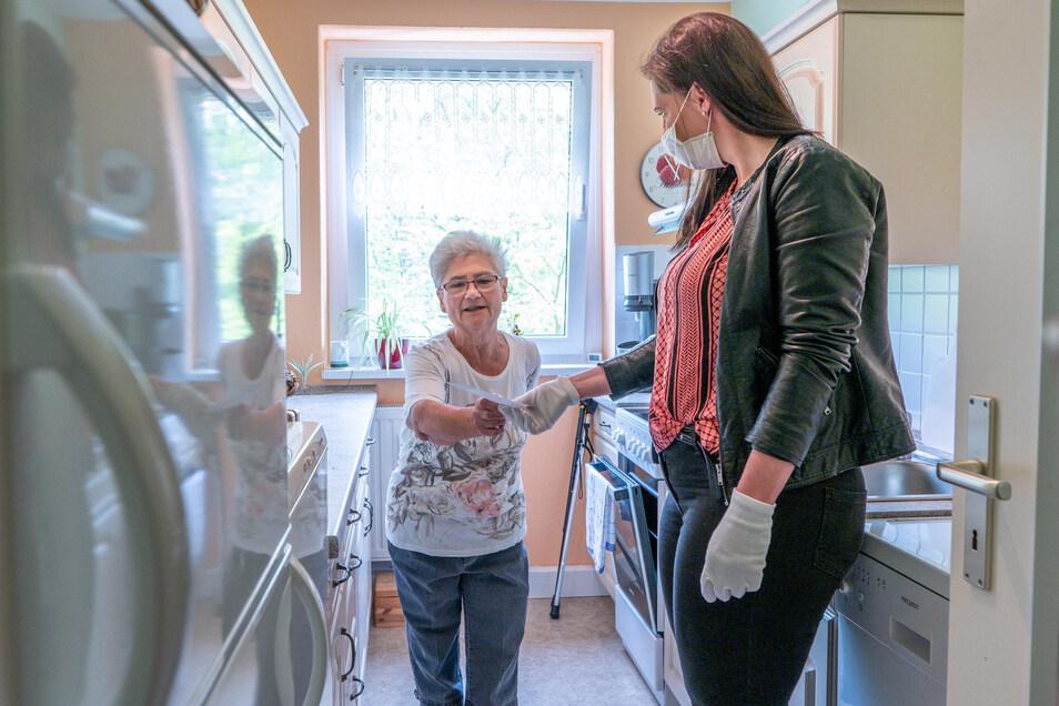 Manja Böhme von den Helferengeln erledigt Einkäufe für Senioren.