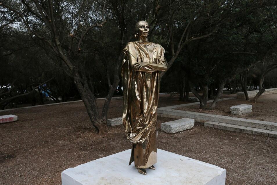 Eine Bronzestatue der legendären Sopranistin Maria Callas steht gegenüber dem Odeon des Herodes Atticus in einem kleinen Park mit Olivenbäumen in der Nähe der Akropolis von Athen.