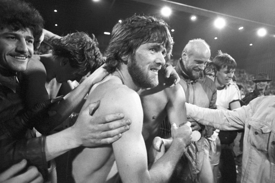19.03.1986 Uerdingens Friedhelm Funkel (2.v.l.) jubelt nach dem Spiel. Bayer Uerdingen besiegt Dynamo Dresden 7:3 in der Grotenburg-Kampfbahn. Mit dem Sieg erreichte Uerdingen das Halbfinale.