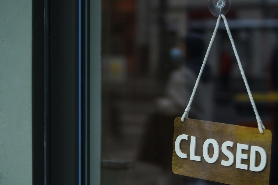 """""""Lockdown"""" bezeichnet im Deutschen eine Mischung aus Ausgangsbeschränkungen, Einschränkungen der Bewegungs- und Versammlungsfreiheit sowie Kontaktbeschränkungen bei gleichzeitigem Schließen öffentlicher Einrichtungen."""