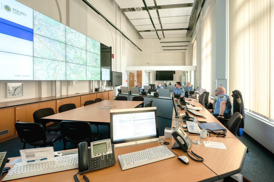 Aus diesem Raum koordiniert Einsatzleiter Rico Sommerschuh die Kräfte, die auf Kontrollfahrten in und um Dresden unterwegs sind.