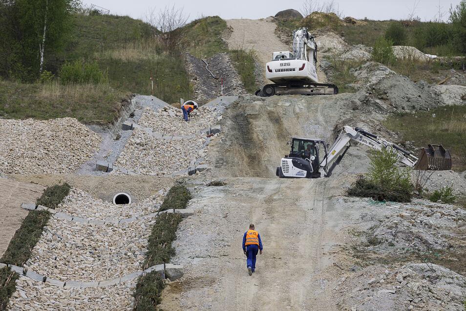 Arbeiter sind noch immer dabei, einen Regenwasserabsturz am Westufer des Berzdorfer Sees zu erneuern.