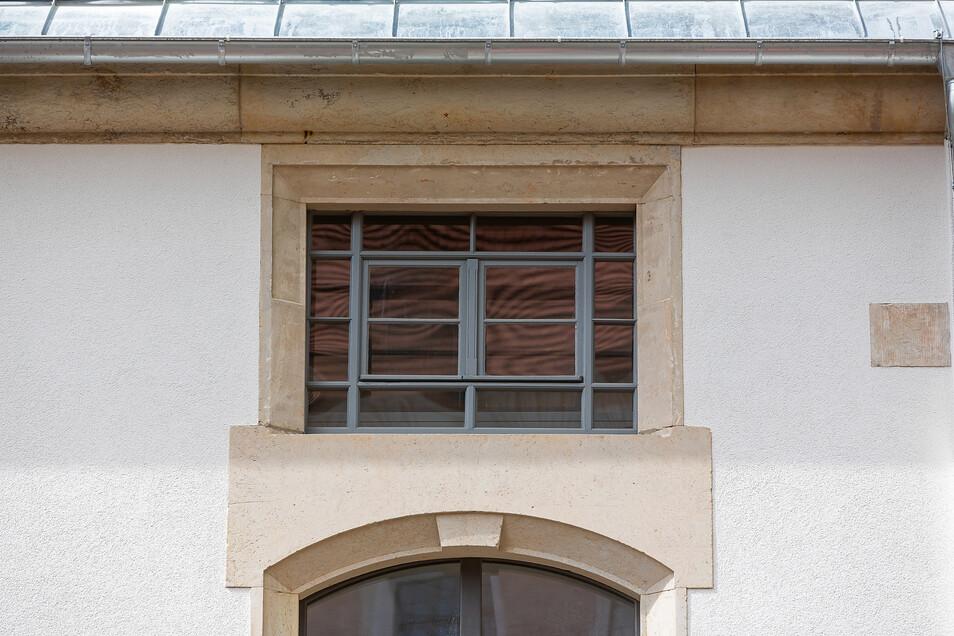 Das alte Fenster war verdeckt und ist beim Umbau wiedergefunden worden. Es wird erhalten.