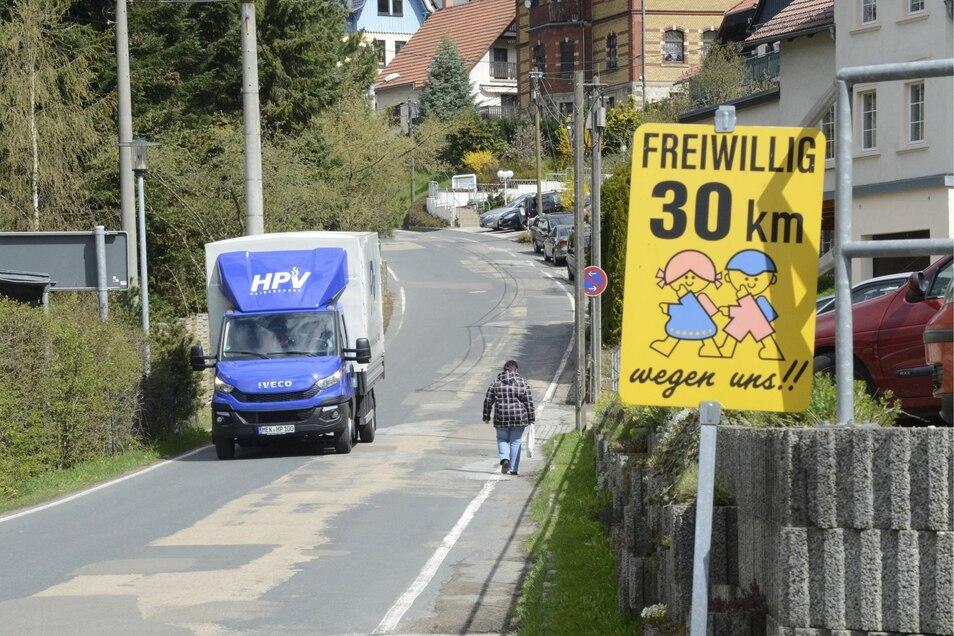 Ein Vertrag für die Fußweg-Planung in Schmiedeberg  Dass am Molchgrund ein Gehweg fehlt, ist offensichtlich. Aber eine Lösung zu finden, ist schwierig. Nun soll das Landesamt für Straßenbau eine Studie erstellen.