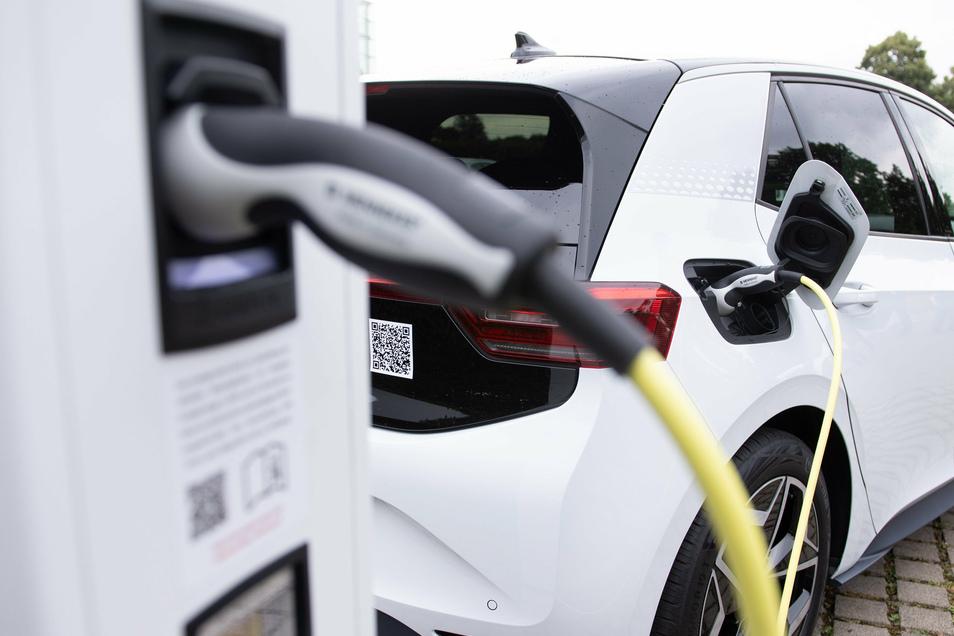 Die Zahl der elektrisch fahrbaren Autos nimmt zu.