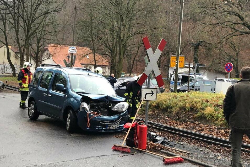 Feuerwehrleute aus Reichenberg und Boxdorf haben den beschädigten Pkw von den Gleisen im Lößnitzgrund gezogen.