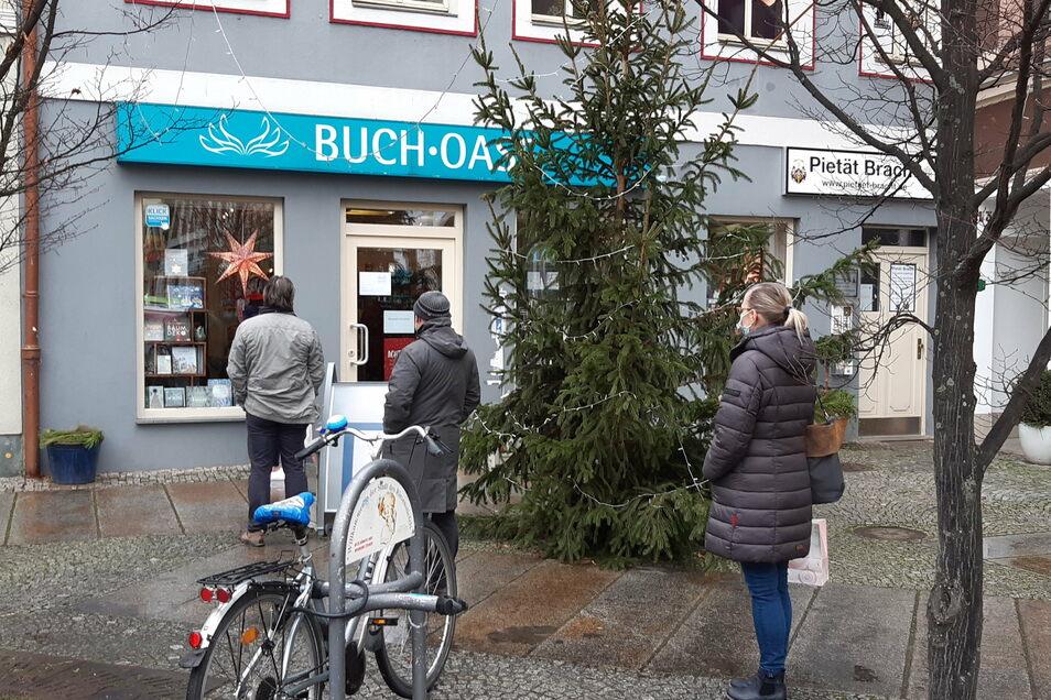 Vor der Buch-Oase an der Döbelner Ritterstraße stehen Leute vor dem Geschäft.
