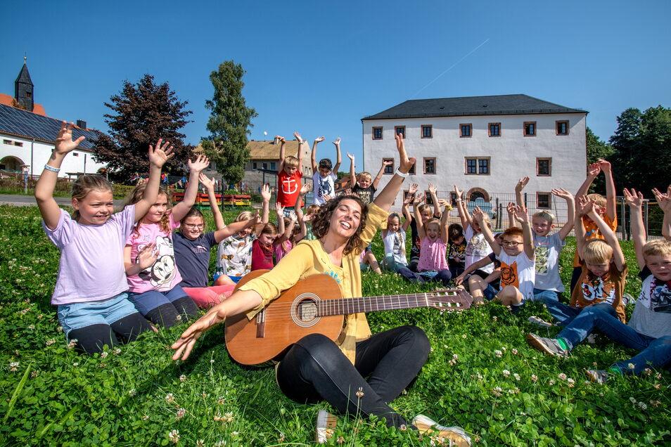 Musikpädagogin Jacinta Pereira hat mit den Schülern der Grundschule Sitten bei Leisnig Singen geübt.