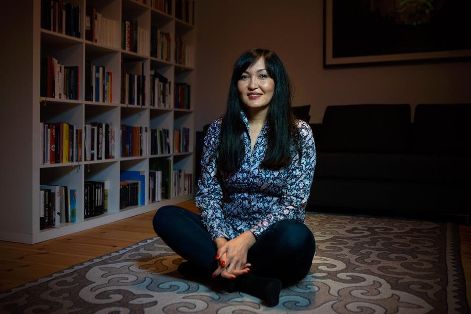 In ihrer Wohnung in der Dresdner Neustadt erinnert kirgisisches Kunsthandwerk an Asemas alte Heimat, auch der von Hand gefilzte traditionelle Shirdak-Teppich.