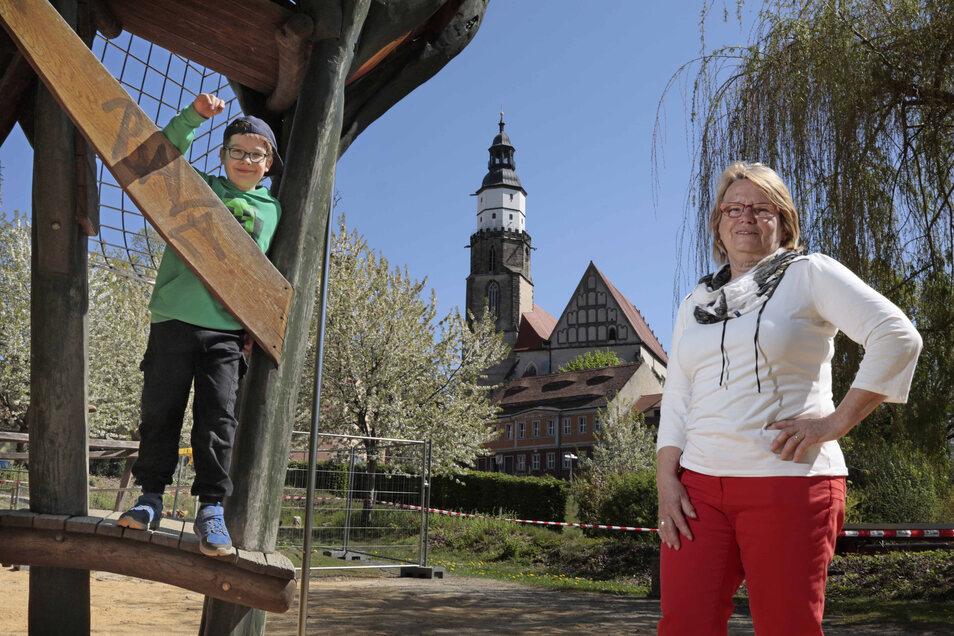 Eddie (8) durfte ausnahmsweise zum Fototermin am Montag mit auf den Krabatspielplatz. Marita Lehmann, Chefin des Kamenzer Kinderschutzbundes, fordert im Namen vieler Eltern und Mitstreiter: Öffnet die Spielplätze wieder!