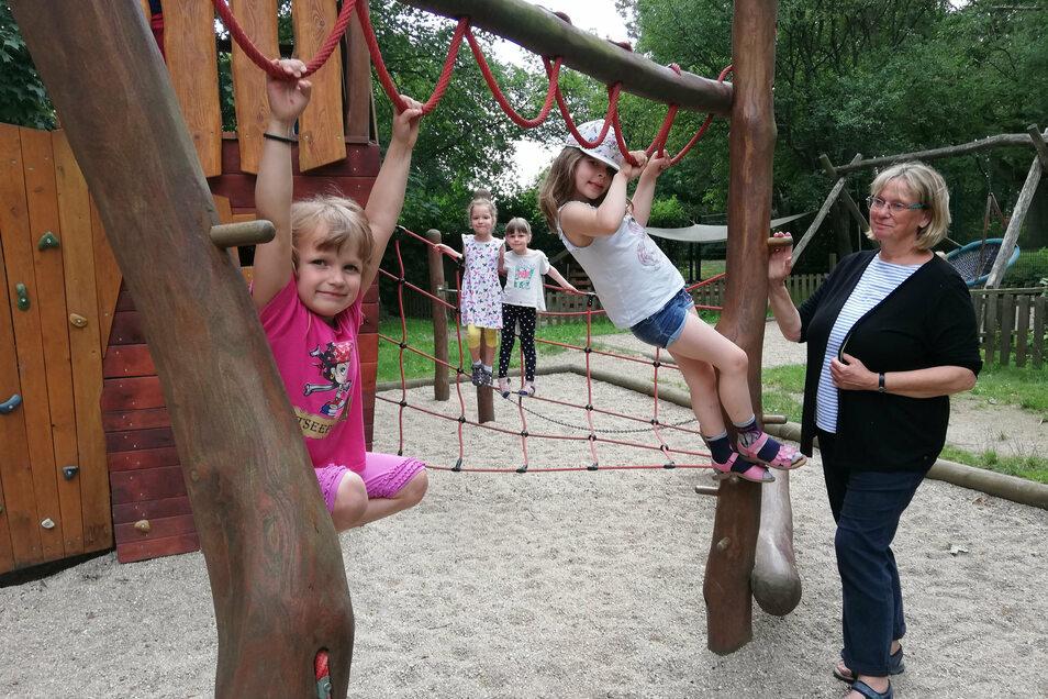 Kinder der Kita Spatzennest am Birkenwäldchen in Görlitz-Rauschwalde lieben das Klettern auf ihrem Spielplatz. Sie sind wie die Leiterin der Einrichtung, Heike Keller, froh, dass das nun wieder ohne Einschränkung möglich ist.