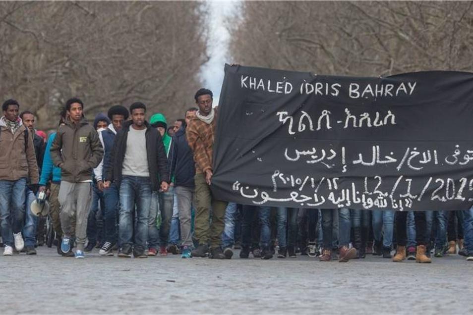 Nachdem bekannt wurde, dass der Eritreer umgebracht worden sein soll, formierte sich eine Spontandemonstration von Asylbewerbern auf der Hauptstraße in Dresden.