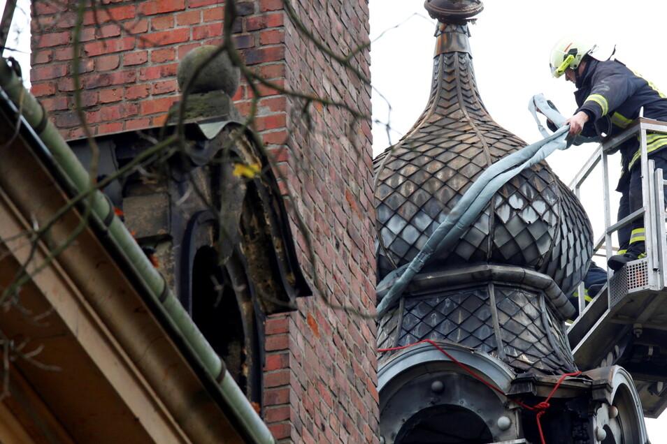 Nach dem Großbrand sicherte die Feuerwehr das einsturzgefährdete Türmchen auf dem Dach und ließ es kontrolliert herunterfallen.