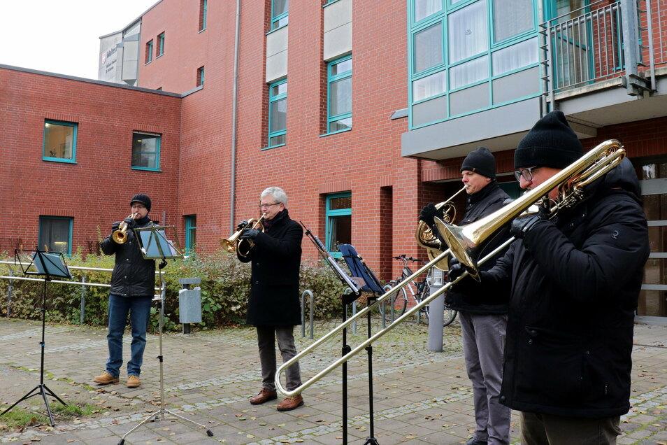 Mehrere Bläser musizierten in den vergangenen Tagen vor dem Kamenzer Krankenhaus. Die Profi- und Hobbymusiker kennen sich, spielen aber normalerweise nicht zusammen.