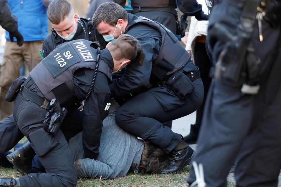 """Polizisten drücken gewaltsam einen Mann zu Boden. Diese Szene vom """"Spaziergang"""" auf dem Zittauer Stadtring sorgt für Diskussionen."""