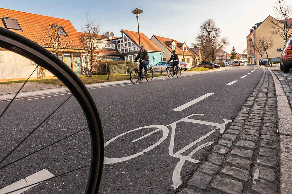 In Hoyerswerdas Kolpingstraße ist die Lösung zu finden, die sich die Umwelthilfe für mehr Straßen wünscht: Mit Farbe sind Radwege abgetrennt.