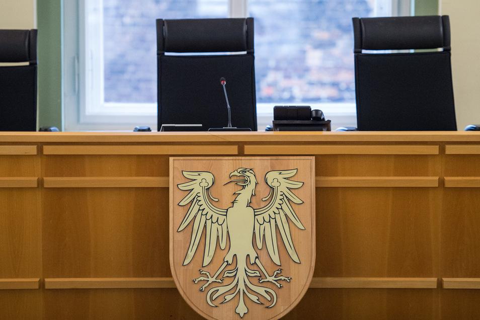 Blick in einen Verhandlungssaal mit dem Brandenburger Adler im Landgericht von Cottbus (Brandenburg).