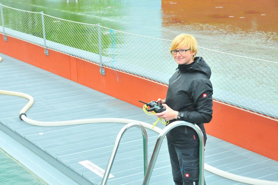 """Annett Fischer hat im Vorfeld den """"Roboter"""" gesteuert, um den Beckenboden von Algen zu befreien."""