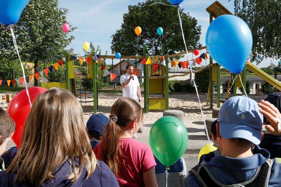 Gordon Alisch hat zum Kindertag und Eröffnung des Spielgeräts alle Grundschüler begrüßen können.